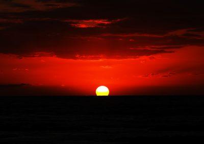 新大陸に血のように赤い夕日が沈む