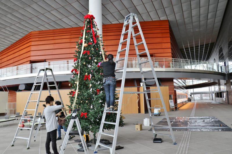 スタッフみんなでクリスマスツリーを飾りましたの画像