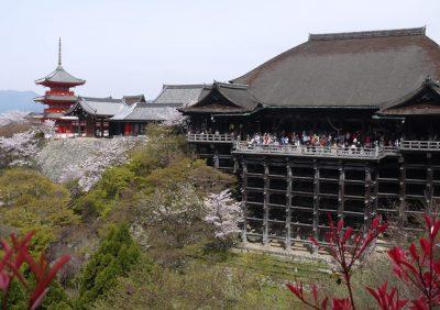 舞台は桜満開の京都、清水寺